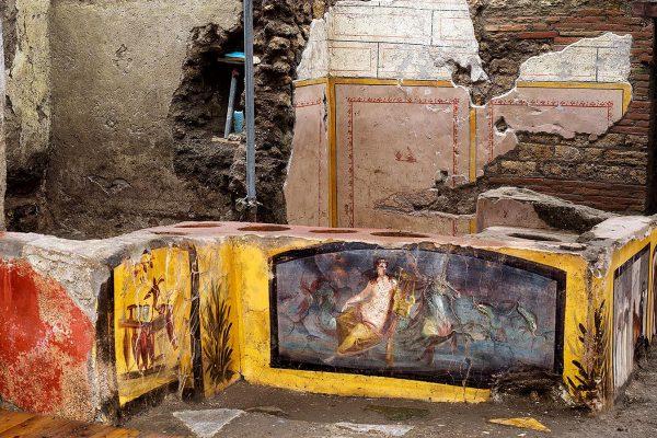 Le immagini del Termopolio con il bancone dipinto scoperto a Pompei